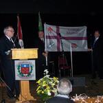 2008 - Présentation du drapeau officiel par Michel Vézina. De g à d : Michel Vézina,Henri Lépage et Réal Forest.