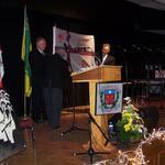 2008 - Présentation du drapeau officiel du Collège Mathie. De g à d : Michel Vézina (directeur général), Henri Lépage (membre du Conseil d'administration (CA)), Abbé Raymond Carignan (membre du CA) et Réal Forest (Président du CA)